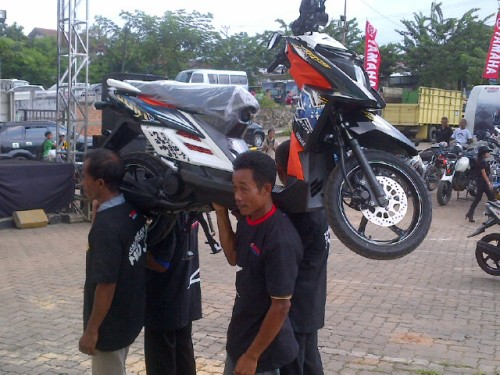 Lomba angkat motor X-Ride (1)