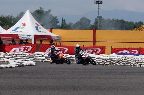 Juara kelas YCR 1 Seri 1 Yamaha Cup Race 2014 Fedri Efendi (98-Yamaha Yamalube NHK Ridlatama) memacu Jupiter Z1 di sirkuit GOR Satria Purwokerto